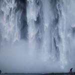 Postać człowieka na tle islandzkiego wodospadu (fot. Wim Denijs)