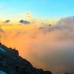 Morze mgieł i drobna postać człowieka, Dolomity, Włochy (fot. Francesco Vaninetti)