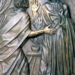 Kwatera dziesiąta ilustruje scenę zapisaną w Ewangelii św. Mateusza, a dotyczącą wątpliwości Piotra w sprawie darowania win (Mt 18, 21-22). Piotr pyta Jezusa, czy jeśli brat wykroczy przeciwko niemu, to ma mu wybaczyć aż siedem razy. Stoi zatem przed swym Mistrzem i uważnie wsłuchuje się w odpowiedź Nauczyciela. Jezus go zaskakuje, mówi coś całkiem nieprawdopodobnego! Nie trzy, nie siedem, lecz ... siedemdziesiąt siedem! Piotr z wrażenia gwałtownie rozkłada ręce. Co takiego? Siedemdziesiąt siedem? A Jezus, podnosząc prawicę, potwierdza, że Piotr dobrze usłyszał. Dla pewności łacińskie słowa nad ich głowami utrwalają lekcję: Septuagies septies, siedemdziesiąt siedem... Dłoń Jezusa, z pięknie zaznaczonymi liniami i symboliczną raną w przegubie, lśni jak złota. Lśni też wyrażająca zdumienie ręka Piotra - to wzruszeni wierni pokryli pocałunkami obie te ręce...