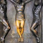 Kwatera dwunasta to Ukrzyżowanie. Lodovico Consorti skupił tu całą uwage na Chrystusie i dwóch łotrach. Artysta zrezygnował z wszelkich ozdobników, z tła, pominął wzgórze, przyrodę, osoby pod krzyżem. Pokazał w zbliżeniu, jakby przez najazd kamery, tylko trzy krzyże i trzy  postacie. To w tej kwaterze nogi Jezusa scałowane przez wiernych zawsze lśnią, jakby były ze złota. Chrystus jest ukazany frontalnie. Zajmuje niemal całą powierzchnię płyty, ale głowę zwraca ku dobremu łotrowi ukrzyżowanemu po prawicy. Obydwaj złoczyńcy są ukazani z profilu, symetrycznie, na krawędzi płyty. Łotr po lewej ręce Jezusa jest już martwy. Głowa opadła mu na piersi, zaprzestał swoich drwin. Zamilkł na zawsze. Łotr dobry bacznie patrzy w oczy Jezusowi i słucha z uwagą Jego słów, niepomny na męki fizyczne. Bo oto po raz pierwszy w życiu słyszy coś, co napełnia go nadzieją: Hodie mecum eris in paradiso (Łk 23, 43). Dziś ze Mną będziesz w raju. Czy można usłyszeć coś wspanialszego tuż przed zgonem?