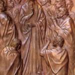 Kwatera czternasta przedstawia scenę z przekazania Apostołom Ducha Świętego. Posłużył się przy tym, jak zwykle, bardzo skromnymi środkami wyrazu. Nie pokazał wnętrza wieczernika - poza kostką posadzki i łacińskim napisem nad głowami zgromadzonych nie ma nic, żadnych rekwizytów, nawet stołu. Cała uwaga skupia się na Jezusie i gromadce Jego wiernych uczniów. Jezus ukazany jest frontalnie, góruje nad wszystkimi, uczniowie otoczyli Go ciasno. Jedni klęczą, inni stoją, a wszyscy wpatrują się w Niego z wielką uwagą. Są tu twarze starsze, są i młode. A Syn Boży gestem błogosławieństwa przekazuje im Ducha Świętego i moc odpuszczania grzechów: Accipite Spiritum Sanctum - Weźmijcie Ducha Świętego - zapisał pamiętne słowa św. Jan (J 20, 22). Ze sceny tej emanuje niezwykły nastrój, wprost wyczuwa się obecność Jezusa.