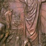 """Tematem piętnastej kwatery jest nawrócenie Szawła. Historię tę znamy z Dziejów Apostolskich. Prześladowca chrześcijan wyrusza do Damaszku. Ma tam przeprowadzić """"czystkę"""" wśród Żydów. Już on to potrafi! Ale po drodze dzieje się coś nieprzewidzianego - Szaweł porażony wielkim blaskiem, słysząc głos z niebios, pada na ziemię. Vico Consorti - wzorem wielu swych poprzedników - pokazał właśnie ten upadek. Pokazał go tak jak inni artyści - wprowadził do akcji konia. Na płycie z brązu zwierzę jest niespokojne, wierzga. Porażony światłem Szaweł traci wzrok fizyczny, lecz zyskuje duchowy. Pojmuje, że to Jezus stanął na drodze. Szaweł słyszy słowa: Sum Jesus quem tu persequeris... - Ja jestem Jezus, którego ty prześladujesz (Dz 9, 5). Odtąd Chrystus staje się dla niego postacią realną i Mistrzem."""