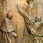 W kwaterze szesnastej artysta uwiecznił papieża Piusa XII w momencie uroczystego otwierania Drzwi Świętych. Pokazał to realistycznie, niemal jak na fotografii. Złotym młotkiem Papież uderza trzykrotnie w drzwi pozbawione jeszcze dekoracji. Towarzyszą mu dwaj kardynałowie na klęczkach. Jednym z nich jest prawdopodobnie Franciszek von Streng, biskup Bazylei i Lugano w Szwajcarii, ofiarodawca drzwi z brązu jako wyraz wdzięczności katolików szwajcarskich za Boże ocalenie od koszmaru drugiej wojny światowej. Po lewej stronie stoi żołnierz z papieskiej Gwardii Szwajcarskiej z halabardą. U góry biegnie łaciński napis, cytat z Apokalipsy św. Jana: Sto ad ostium et pulso - Oto stoję u drzwi i kołaczę...