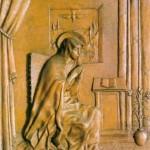 Trzecią kwaterę wypełnia scena Zwiastowania. Po jedne stronie siedzi w pokoju przy oknie młodziutka, śliczna Maryja. Zamknięte oczy, złożone dłonie, zatopiona w modlitwie, nieobecna... Przez okno widać dalekie góry, drzewa oliwne, cyprysy i sfruwającą z nieba gołębicę Ducha Świętego nad głową Maryi. Obok klęcznik z książką do nabożeństwa, na podłodze wazon z gałązką z lilii, symbolem czystości. Komnatę Najświętszej Panienki artysta ukazał niemal z fotograficzną dokładnością: płyty posadzki, haftowane zasłony na drążku, kotara z frędzlami, otwarte drzwi rzeźbione całkiem jak Drzwi Święte...Nad oknem biegnie napis - dalszy ciąg cytatu z hymnu: tu reddisalmo germine - co znaczy: Radość, którą nam Ewa odjęła, przywrócisz nam w swym Synu ...