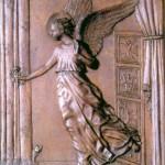 Czwartą kwaterę wypełnia również scena Zwiastowania. Na przeciw Maryi, sfruwa właśnie z niebios archanioł Gabriel. Wyciąga do Niej prawą dłoń z różą, skrzydła ma rozłożone, lewą nogę w powietrzu, a prawą stopą zaledwie dotyka podłogi. Jest ukazany w postawie stojącej, nie na klęczkach. Zza zasłony okiennej wychyla się ostrożnie kot  - w sztuce sakralnej zazwyczaj jest on symbolem szatana, ale tu może jest to tylko domowe stworzonko...