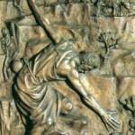 Szósta kwatera ilustruje przypowieść Jezusa o zbłąkanej owcy przytoczonej w Ewangelii przez św. Łukasza (15, 4-7). Oto nieszczęsne stworzenie, które oddaliło się od stada i spadło w jakąś rozpadlinę. Pasterz zsuwa się więc ostrożnie po skale i wyciąga rękę po zwierzę, bo owca sama nie da rady wspiąć się na stromą ścianę. Na górze wierny pies strzeże pozostałych owiec, cierpliwie czekając na powrót swego pana.  Główny akcent kompozycji stanowią szeroko rozwarte ramiona pasterza, które zajmują po skosie niemal całą płytę. Artysta mógł w ten sposób pokazać gotowość Jezusa Dobrego Pasterza do przyjścia nam z pomocą. Tutaj użył On ramion, by dopomóc jednej owcy, ale wkrótce ponownie rozłoży ramiona, by uratować wszystkie, całą Bożą owczarnię, nas wszystkich. Do zbawczej misji Jezusa  odnoszą się też biegnące u góry łacińskie słowa: Salvare quod perierat - Ocalić, co zostałoby zagubione.