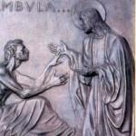 Kwaterę ósmą wypełnia uzdrowienie paralityka, scena opisana w Ewangelii św. Marka (2, 1-11). Artysta pokazał niezwykły moment, gdy sparaliżowany od lat człowiek, właśnie dźwiga się z łóżka  w wyniku cudu. Uzdrowiony mężczyzna jest wyczerpany chorobą - zostały z niego skóra i kości. Wychudzone ręce wyciąga ku Jezusowi, dwa palce opierając na Jego otwartej dłoni symbolizującej źródło życia. Czerpiąc od swego Uzdrowiciela nowe życie, uzdrowiony nie spuszcza wzroku z Jezusa, milczy w radosnym zdumieniu. Jezus stoi przy nim boso, w długiej, obszernej szacie, ręce ma rozłożone, gotowe do podtrzymania chorego, gdy wstanie. Bo każe mu wstać! Nad głową mężczyzny jest napis: Tolle grabatum tuum et ambula ... - Wstań, weź swoje łoże i idź...