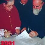 Kardynał Józef Glemp podpisuje dokumenty na zakończenie diecezjalnego etapu procesu beatyfikac