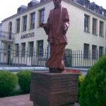 Pomnik ks. Jerzego Popiełuszki przed Domem Pielgrzyma AMICUS w Warszawie